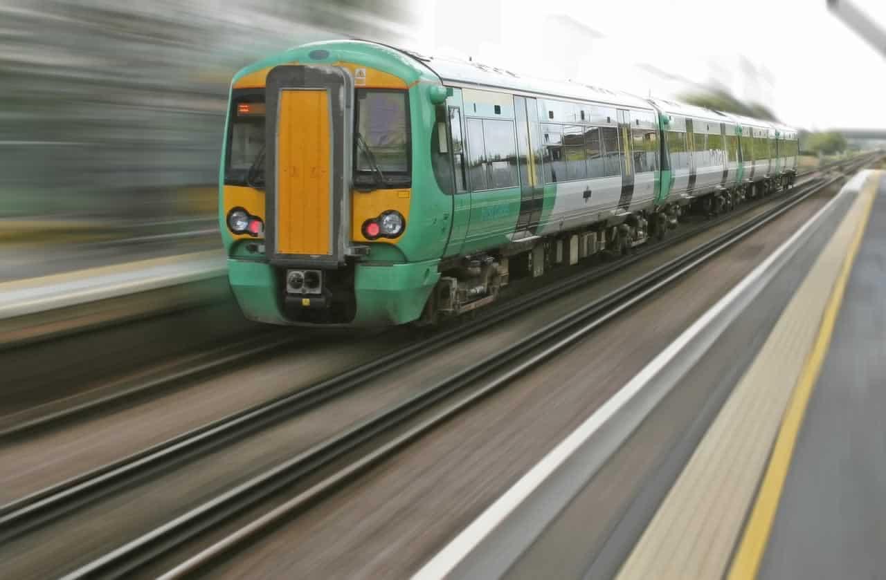 viral video otan pernai to treno ke den stamatane ta aftokinita