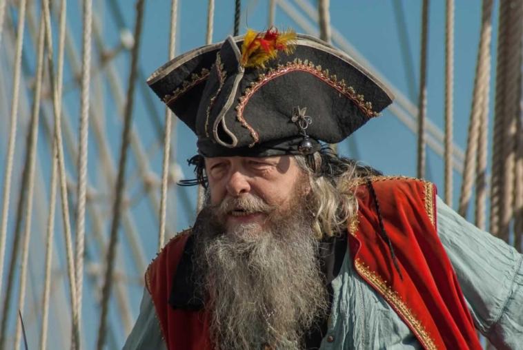 anekdoto dyo pirates echoun gini ntirla pinontas ta roumia tous otan epiko gelio