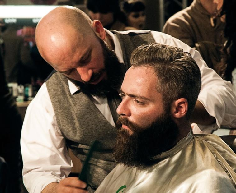 anekdoto ine enas mousatos enas barberis ke ena balaki fovero gelio