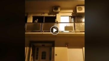 epiko viral video dyo giagiades tragoudoun sto balkoni o charos vgike pagania