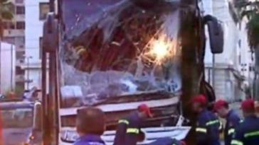 Πειραιάς: Τουριστικό λεωφορείο έπεσε σε κολώνα στο λιμάνι.
