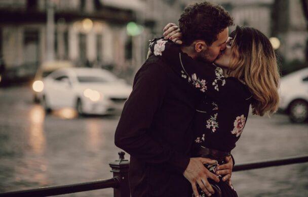 Πρόστιμο σε ζευγάρι που φιλιόταν δημοσίως