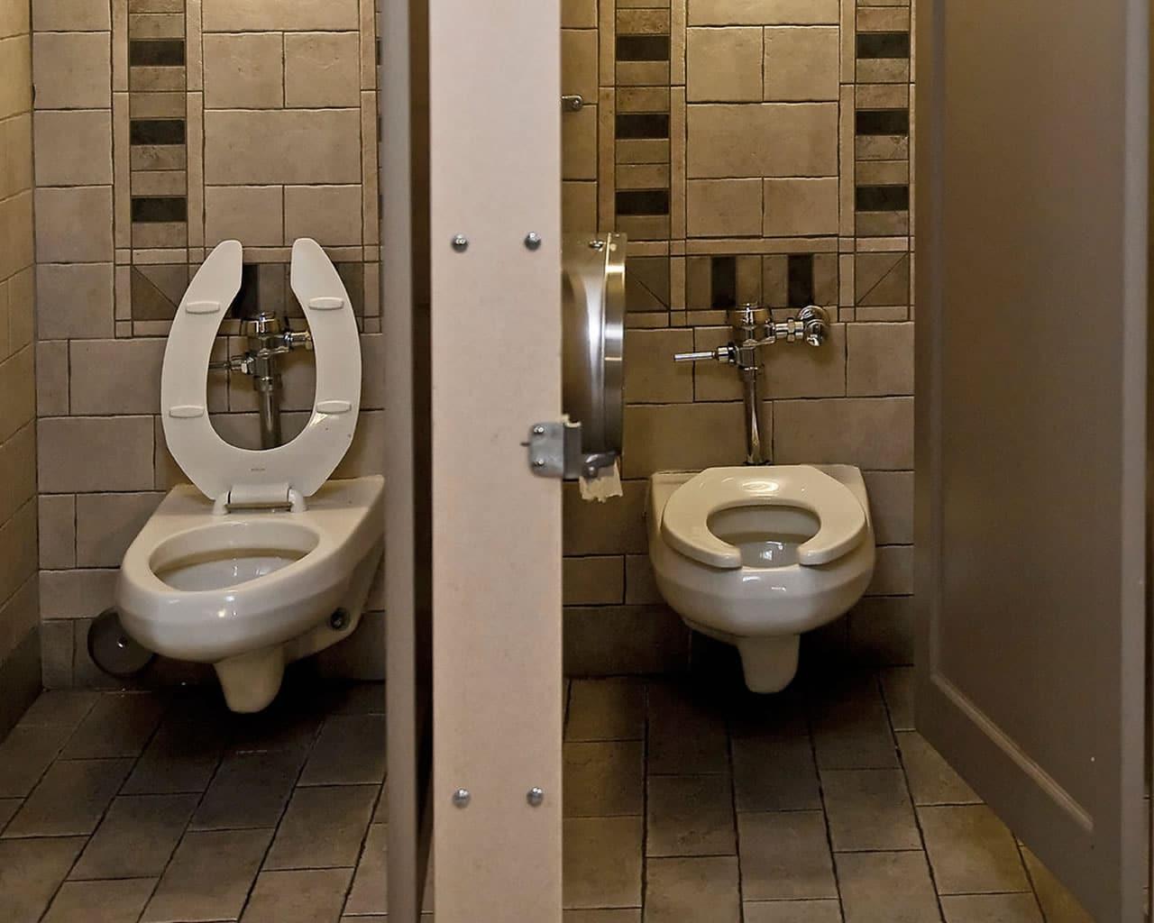 ΑΝΕΚΔΟΤΟ: Ένας μαύρος και ένας άσπρος στις δημόσιες τουαλέτες! Τρελό γέλιο