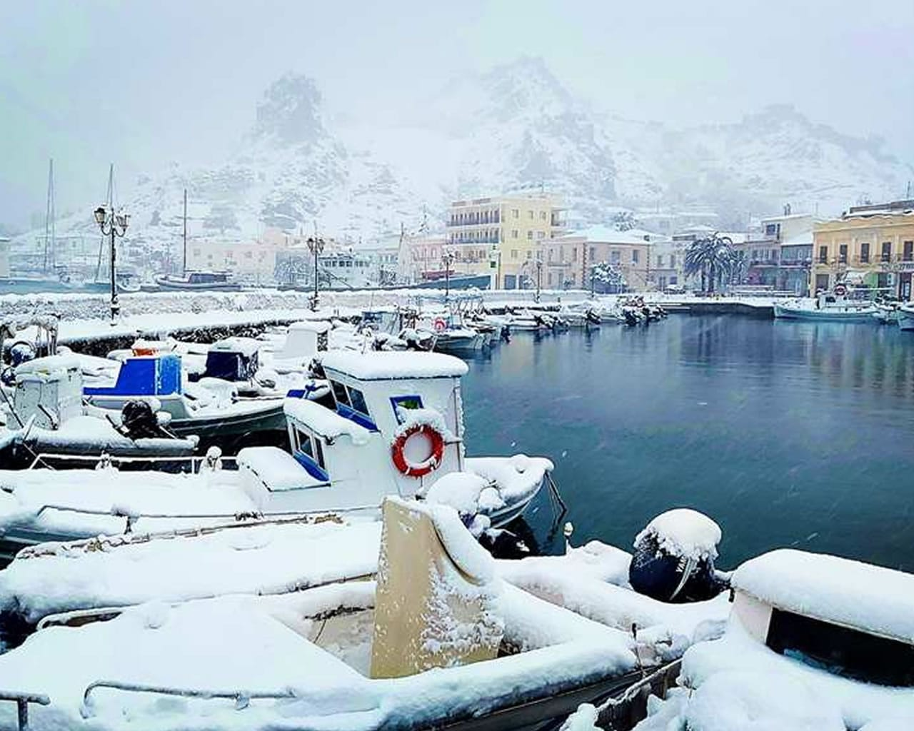 Λήμνος: Τα χιόνια έφτασαν στην θάλασσα