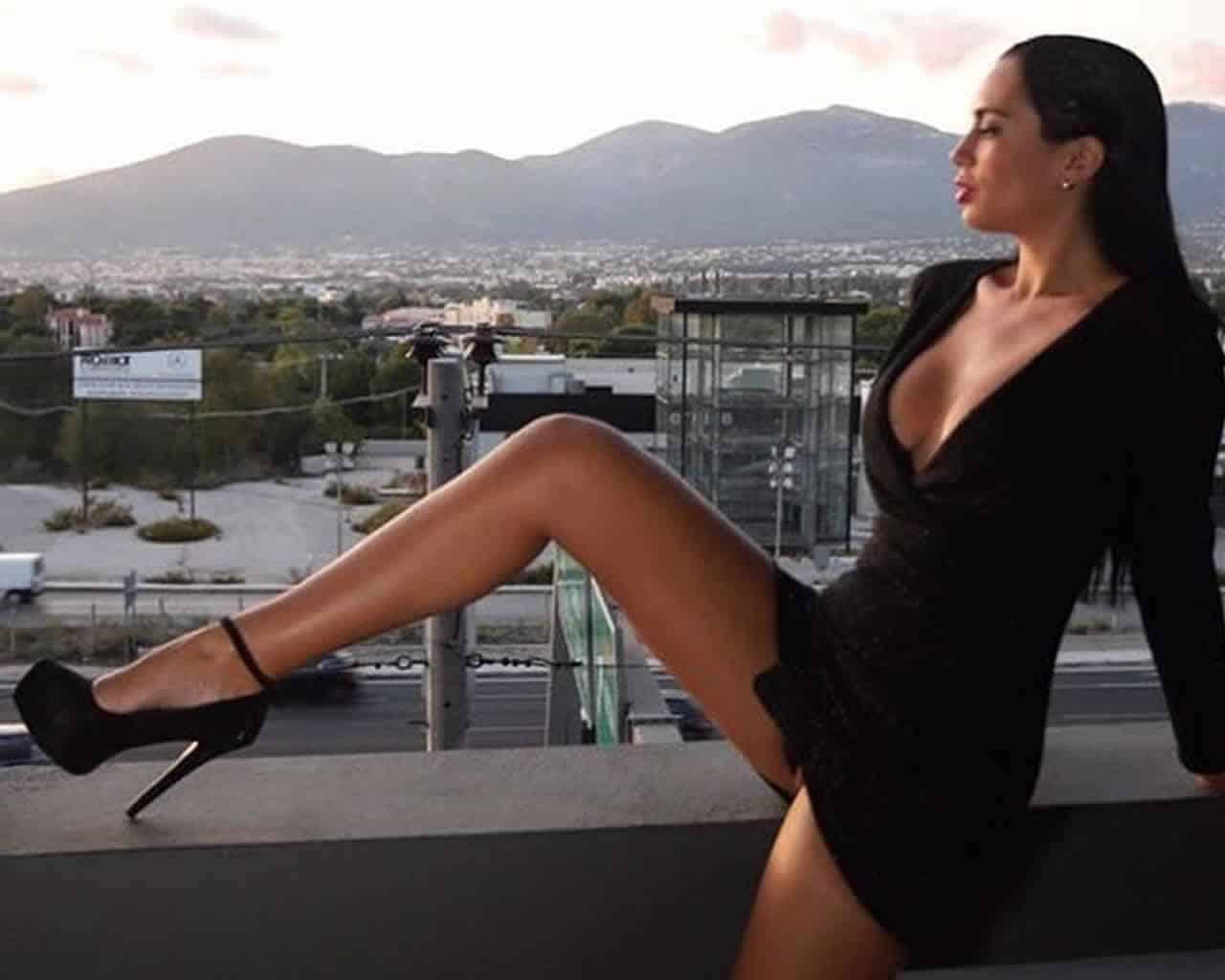 Η απόφοιτος της Φιλοσοφικής Αθηνών Νατάσα Βελιανίτη γονατίζει το instagram