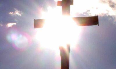 Καλή Ανάσταση. Το άγιο Φως της Ανάστασης, ας φωτίσει τις ψυχές και τις ζωές όλων μας.
